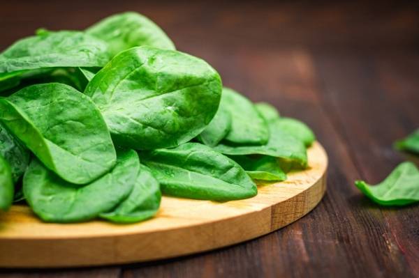 fresh-juicy-spinach-leaves-wooden-brown-table-natural-products-greens-healthy-food_71756-1522.jpg
